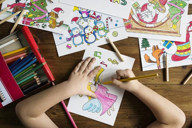 Dekorace - dítě kreslí obrázek